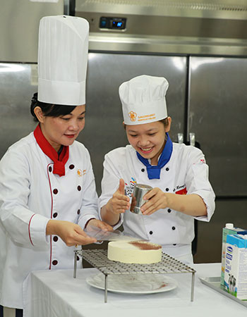 Students make cakes with teacher training
